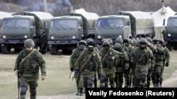"""Неизвестные люди в военной форме (""""вежливые люди"""") захватывают украинскую военную базу в Крыму в марте 2014 года"""