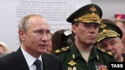 Начальник Генштаба РФ Валерий Герасимов и президент РФ Владимир Путин в Кубинке, июнь 2015 года