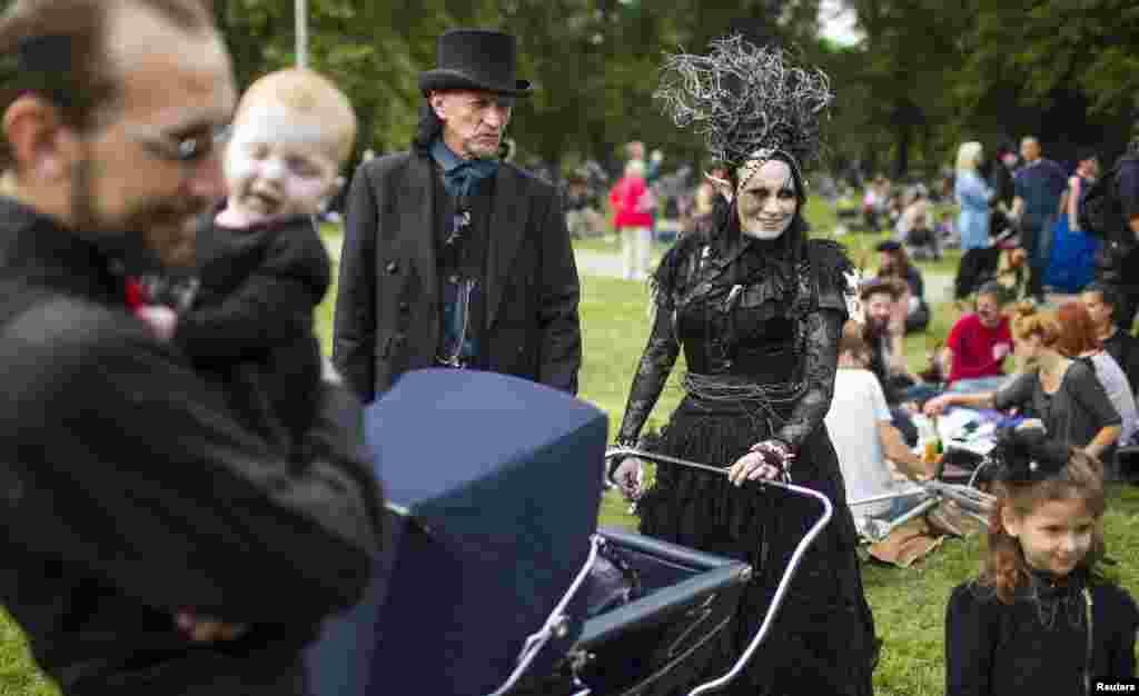 Готы со всего мира приезжают на фестиваль послушать готическую музыку и поучаствовать в готических мероприятиях, которые охватывают весь Лейпциг на 4 дня
