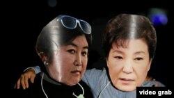 Маски президента Южной Кореи и ее подруги во время одного из протестов
