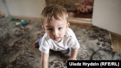 """Самый младший Мурсалим родился уже в деревне. Родители называют его """"белорусом"""""""