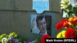 Импровизированный мемориал на место убийства Бориса Немцова