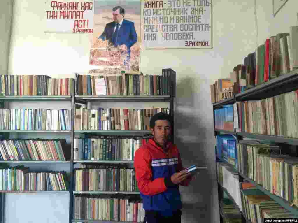 Местные учителя, как Замир Назармамбетов, говорят, что книг в поселок не привозили из Кыргызстана с момента распада СССР в 1991 году. Так что сейчас учат детей по тем, которые есть