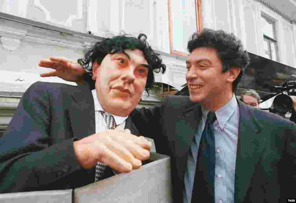 Лидер «Союза правых сил» Борис Немцов со своей куклой из телепередачи «Куклы», 1999 год