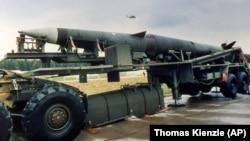 """Ракета с ядерной боеголовкой """"Першинг-2"""" на трейлере на территории Западной Германии"""