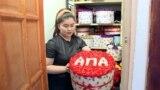 Цветы для тех, кто в беде. Девушка с ограниченными возможностями делает букеты и дарит их людям в Бишкеке