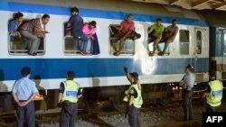 Полиция Словении охраняет поезд с беженцами неподалеку от границы с Хорватией, сентябрь 2015 года