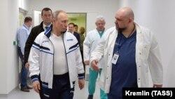 Путин и Денис Проценко в больнице в Коммунарке в марте 2020 года