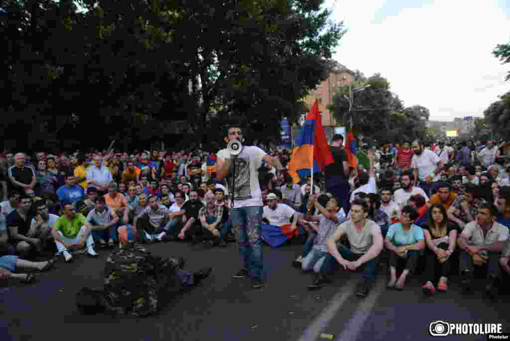 Участники акции начали сидячую забастовку прямо на проспекте Баграмяна, перед Администрацией президента