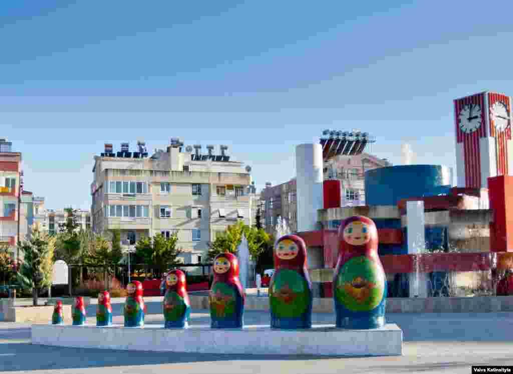 """В районе Коньяалты открыт """"Русский парк"""", в котором выставлены восемь огромных матрешек. Композиция за ними выполнена в цветах российского триколора"""
