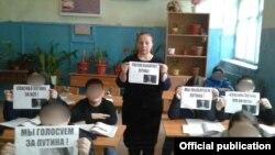 Дагестан, село Белиджи. Учительница Дуняханум Байрамова проводит с детьми акцию в поддержку Путина