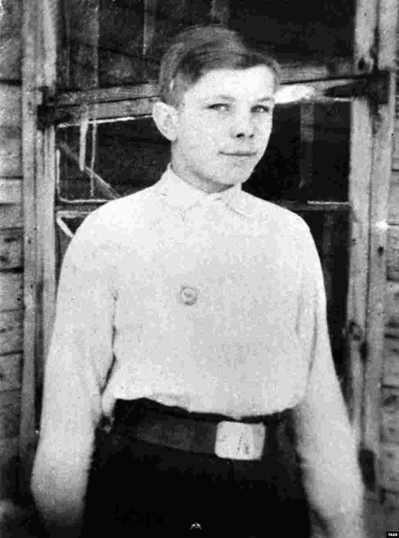 Гагарин родился в деревне Клушино (ныне в Смоленской области, Россия) 9 марта 1934 года. Эта фотография сделана в 1946 году в Гжатске, куда его семья переехала после войны