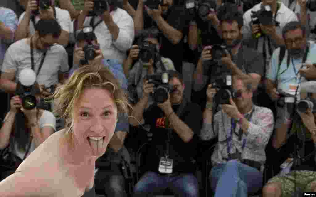 Лишь второй раз за свою 68-летнюю историю фестиваль откроется картиной женщины-режиссера. Работа француженки Эммунуэль Берко «С высоко поднятой головой» — не о женщинах, а о трудном подростке, который впутался в криминальную историю. Но на помощь ему спешат социальные работники во главе с судьей, сыгранной гранд-дамой французского кино Катрин Денев