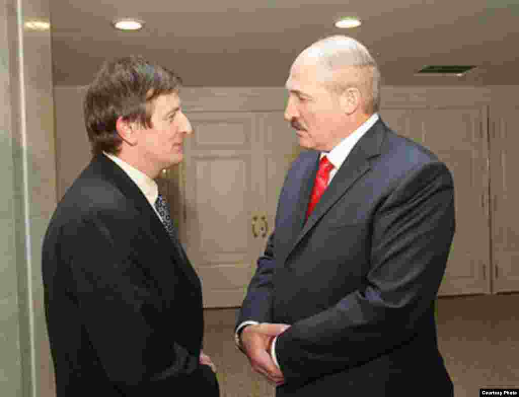 Александр Лукашенко разговаривает с оппозиционным политиком Ярославом Романчуком после покаянной речи последнего по телевидению, Минск, 2010.