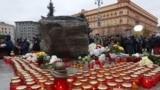"""Акция """"Возвращение имен"""" у Соловецкого камня в Москве в 2018 году. В 2020-м из-за пандемии она пройдет онлайн"""