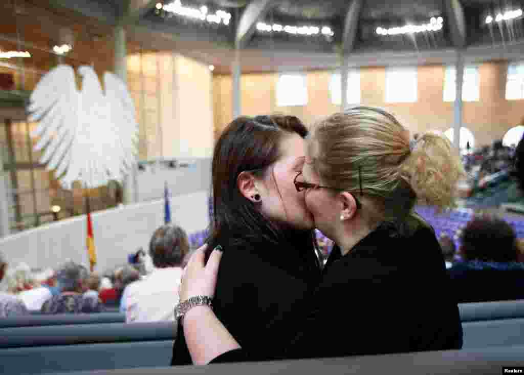 """Присутствовавшие при голосовании в Бундестаге не могли скрыть своего восторга по поводу голосования """"за"""" легализацию однополых браков"""