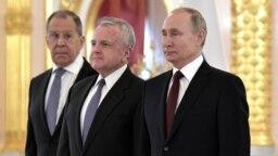 Слева направо: глава российского МИДа Сергей Лавров, посол США в России Джон Салливан и президент России Владимир Путин