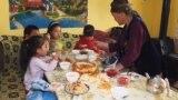 В Кыргызстане бабушка воспитывает восьмерых внуков. Их родители – на заработках в России