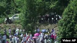 Премьер-министр Сербии Александр Вучич покинул церемонию в Сребренице из-за гнева толпы - из толпы в него полетели камни и бутылки. 11 июля 2015