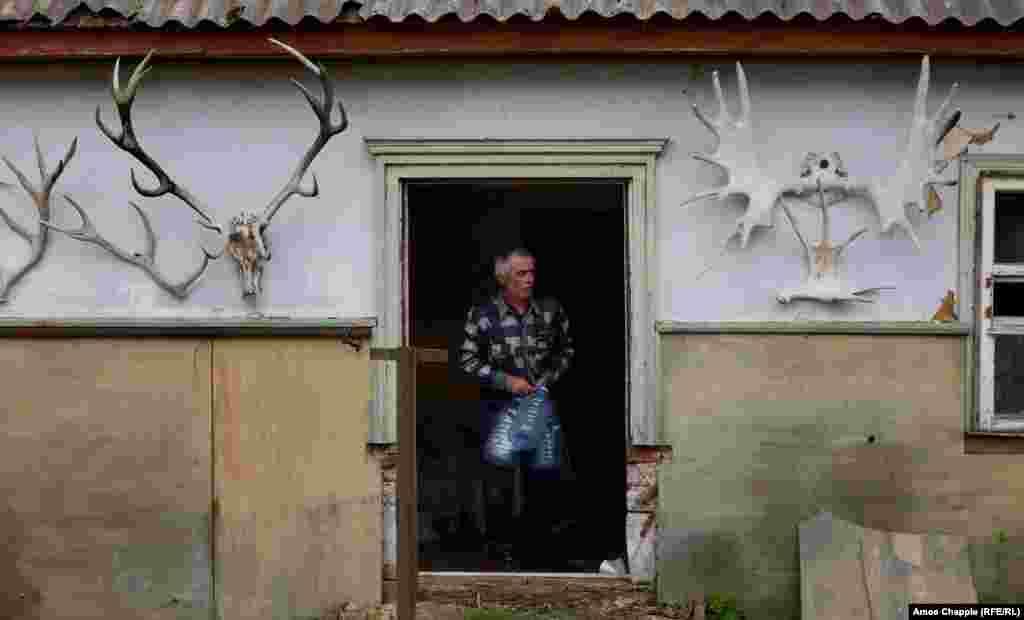 Как будто в какой-то истории о последних днях перед концом света, Василий мог выбирать из ряда заброшенных домов. Он ходил по улицам, пока не нашел то, что хотел. Уютный домик с большим участком для огорода, цветника и пасеки