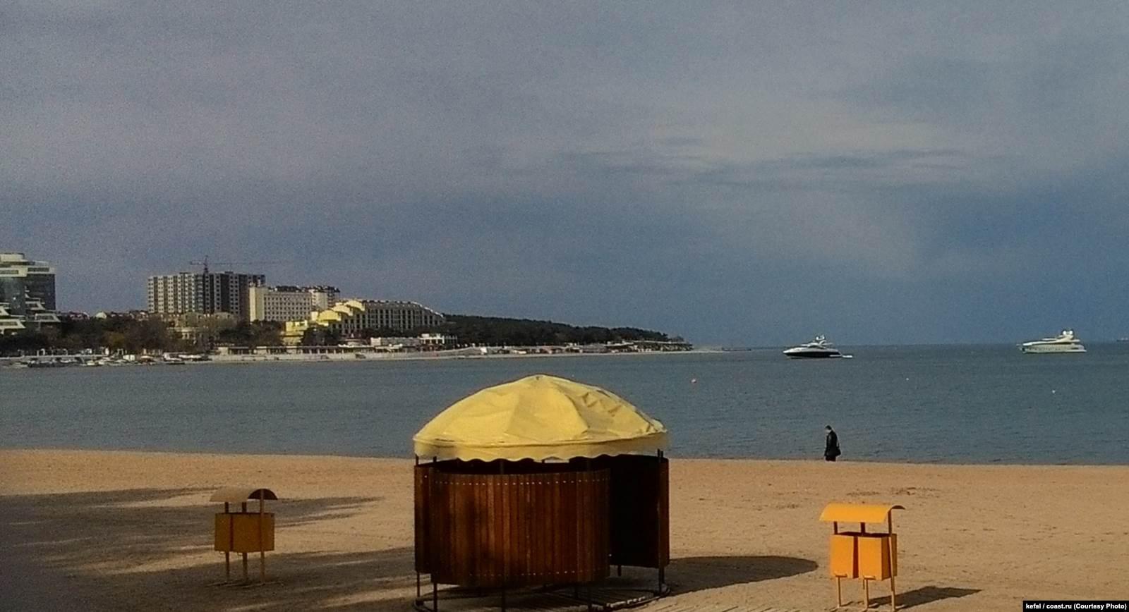 Яхты Stormbringer (слева) и St. Vitamin (справа) в Геленджикской бухте. Фото: форум coast.ru