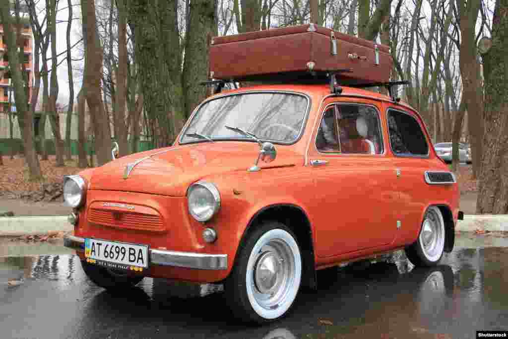 """В 1961 году в Советском Союзе появился ЗАЗ-965, адаптированная копия Fiat. Советские инженеры на нее установили даже заднепетельные двери, которые на Западе называют """"самоубийственными"""". К 1960-м годам все большее число обычных советских граждан смогли приобрести легковые автомобили, хотя и после длительного ожидания"""