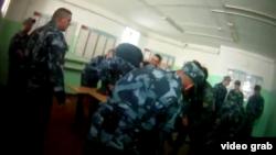 Кадры с видео, на котором сотрудники ИК-1 в Ярославле избивают Евгения Макарова