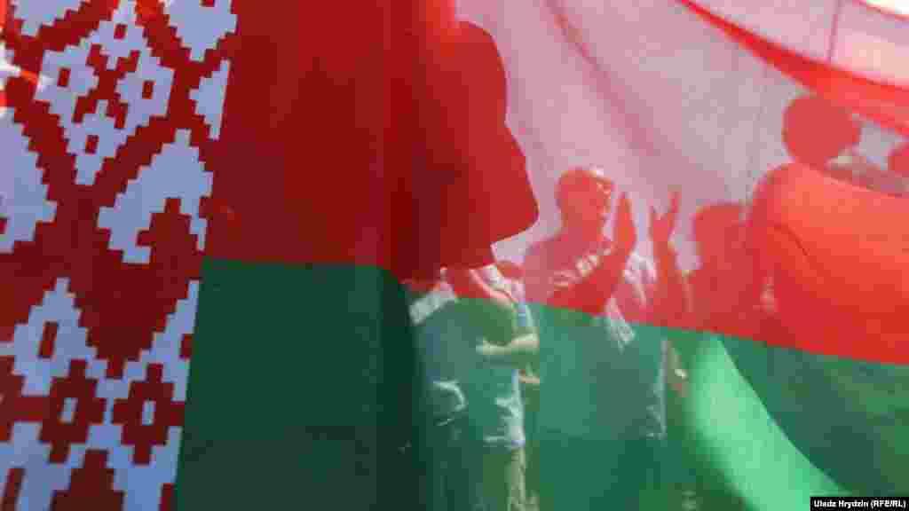 Провластный митинг на площади Независимости в Минске 16 августа. На него собрались около 10 тысяч человек, свезенных со всей Беларуси.