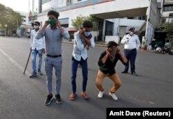 Задержанные полицией за нарушение комендантского часа приседают в наказание. Ахмадабад, Индия, 24 марта 2020 года. Фото: Reuters
