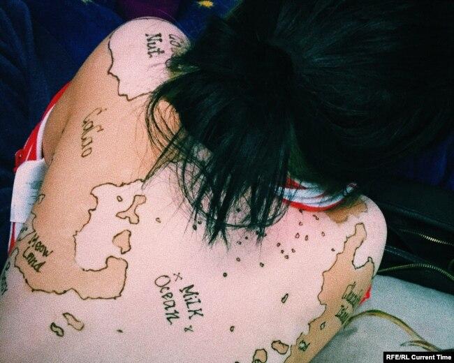 Каждый день Мадина обводит свои пятна хной, превращая свое тело в карту