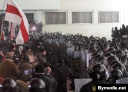 Акция протеста после объявления итогов президентских выборов, на которых в четвертый раз победил Александр Лукашенко. Минск, площадь Независимости, 19 декабря 2010 года. Фото: Bymedia.net