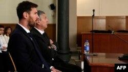 Лионель Месси с отцом в суде Барселоны 2 июня 2016 года