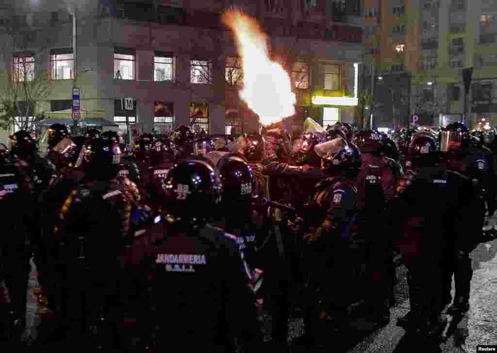 Вначале протесты проходили мирно. Но позже, по данным BBC, на главную площадь в Бухаресте пришли футбольные фанаты и начались столкновения с полицией