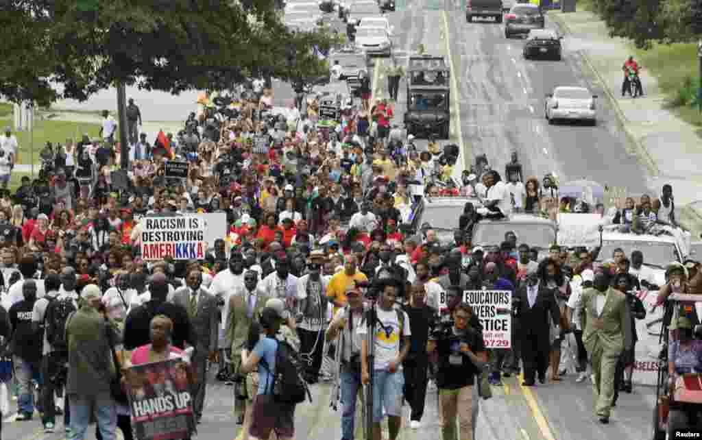 9 августа отец погибшего подростка Майкл Ьраун старший возглавил траурное шествие в Фергюсоне, к которому присоединились сотни людей