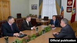 Андрей Бурлака (второй слева) во время поездки в Брянскую область