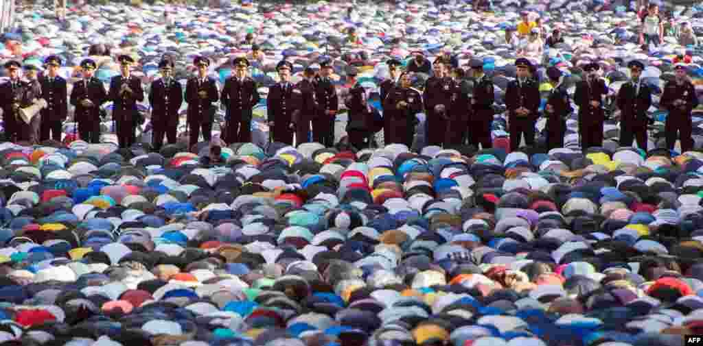 В течение месяца Рамаданправоверныемусульманев дневное время отказываются от приёма пищи, питья, курения и интимной близости На фото - Московская площадь во время молитвы 17 июля