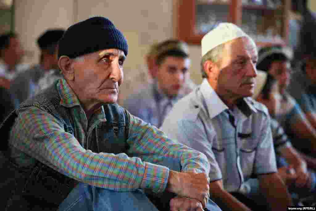 Нарушение поста в течение Рамадана без уважительной причины считаетсягрехом. На фото - крымские татары в мечети во время праздничной молитвы на Ураза-Байрам в Севастополе