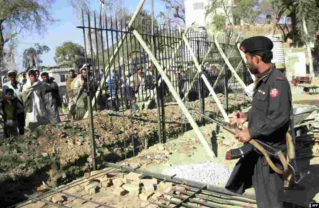 """Стена также разделяет часть границы между Пакистаном и Афганистаном. Президент Пакистана уверен, что преграда поможет остановить проникновение в страну боевиков """"Талибана"""" и наркотиков"""