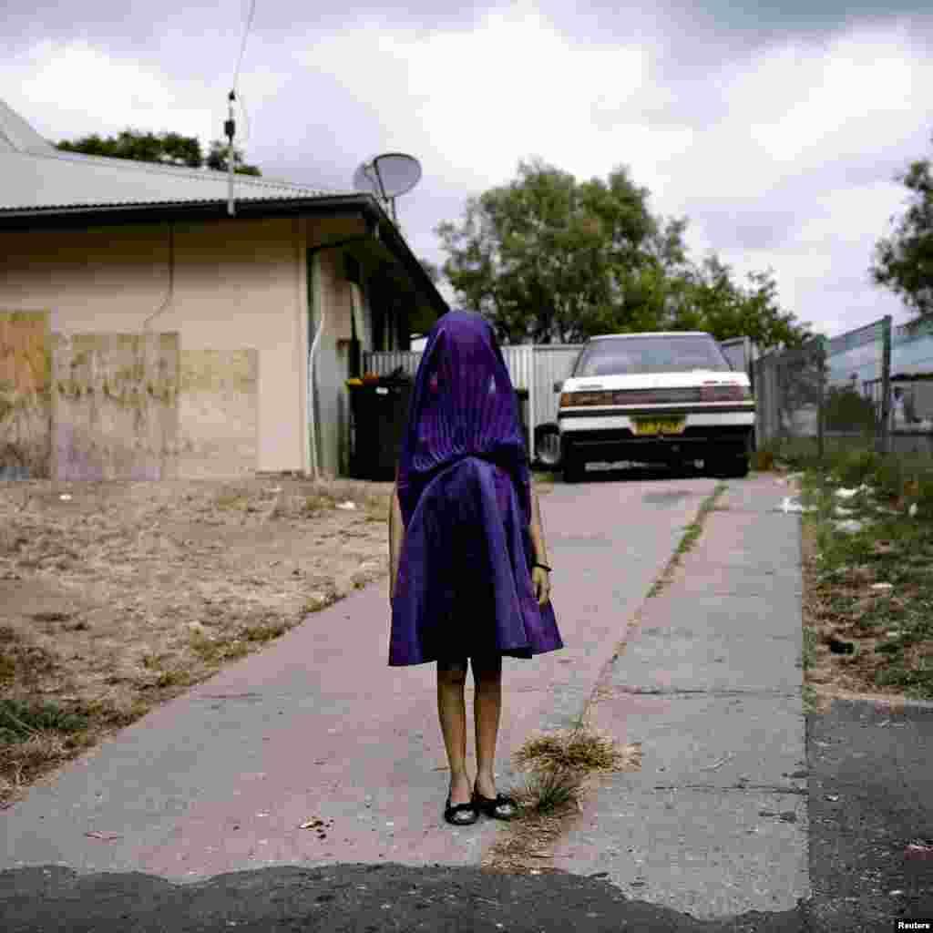 """В категории """"Портреты. Одиночные снимки"""" победителем стала Рафаэла Роселла из Австралии (агентствоOculi) с портретом девочки из провинции Новый Южный Уэльс, ждущей школьного автобуса, который отвезет ее в воскресную школу."""