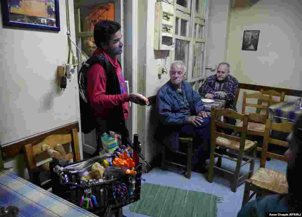 Пакистанский торговец-разносчик Амжад Али пытается заинтересовать посетителей таверны карманным фонарем и перочинными ножами