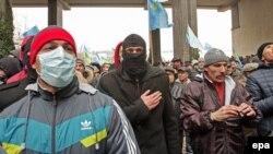 Крымскотатарские активисты во время протестов в Симферополе 26 февраля 2014 года