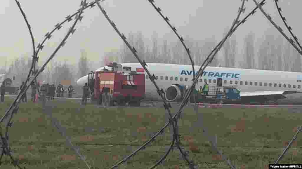 Эвакуация пассажиров из самолета завершена. На борту находились 148 пассажиров и 5 членов экипажа