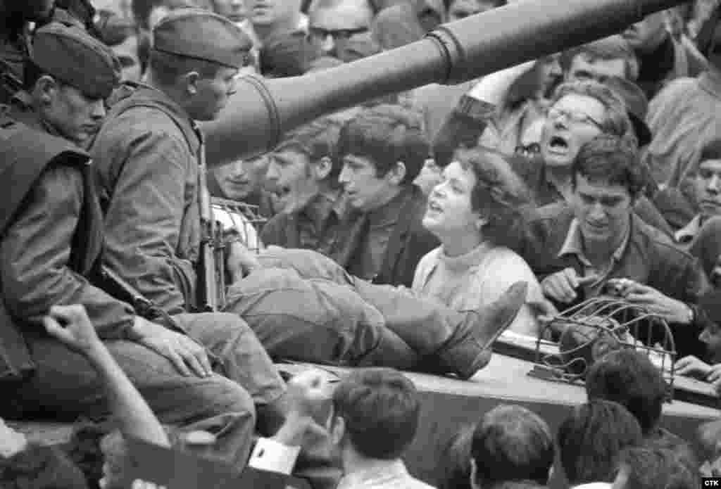 Кроме этого жители городов отказывали советским войскам в еде и воде, а также отказывались предоставлять им топливо. Многие выходили на улицы: пытались объяснить солдатам суть происходящего в Чехословакии и требовали, чтобы советские войска вернулись домой