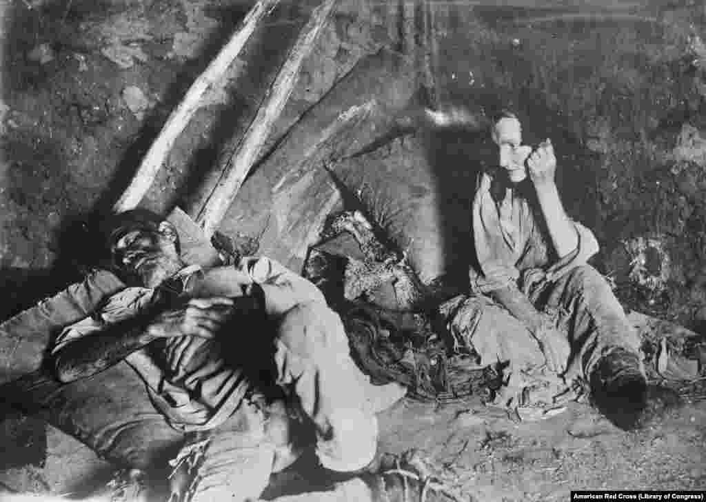 Неизвестная женщина и ее муж. Самарская область, 1921 год. Фотографы американского Красного Креста сделали уникальные фотографии во время экспедиций в Россию век назад, в то время, когда уже бушевали Гражданская война и голод