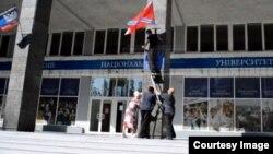 """Флаги """"ДНР"""" и """"Новороссии"""" на здании Донецкого национального университета. Кадр из видеосюжета программы """"Подробности"""""""