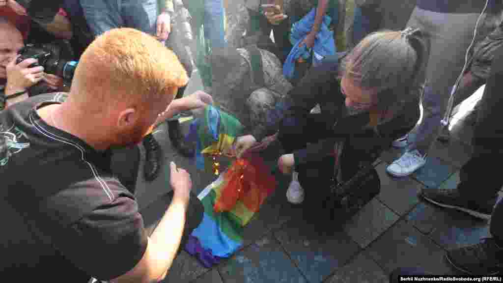 Одна противница шествия отобрала у участника флаг ЛГБТ-сообщества. Девушку пытались остановить, но она сбежала с флагом в неизвестном направлении