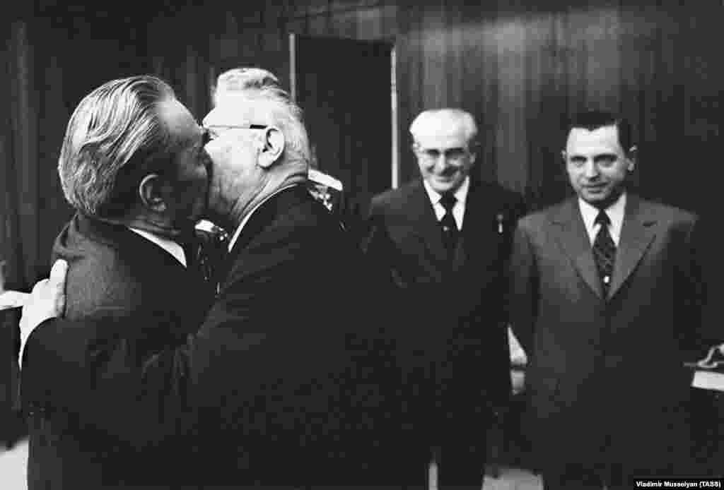 Леонид Брежнев целуется с Николаем Подгорным в Кремле, 1975 год