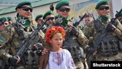 Украинка в окружении солдат в День незавимисоти Украины, Киев, 24 августа 2014