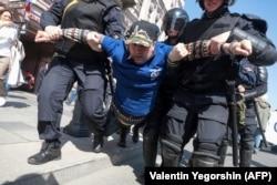 Задержание Петра Трофимова на акции 1 мая 2019 года. Фото: AFP