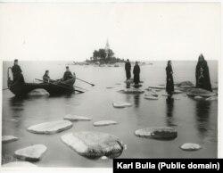 Монахи Коневского Рождество-Богородичного монастыря позируют на камнях на Ладожском озере. Приблизительно 1900 год